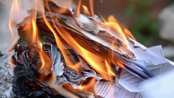 reaksi kimia pada kertas terbakar